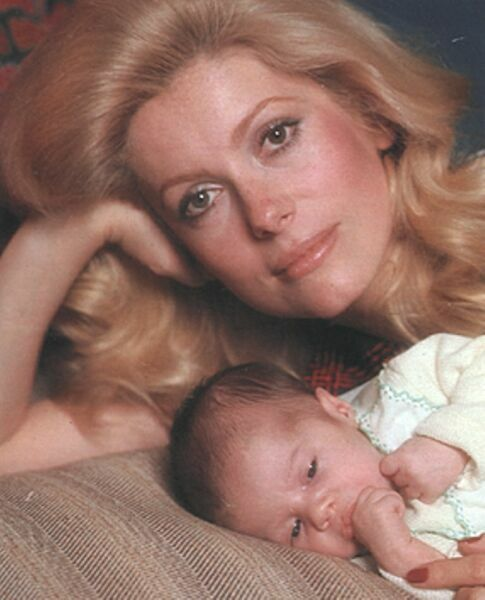 КАтрин Денев на фото с маленькой дочкой