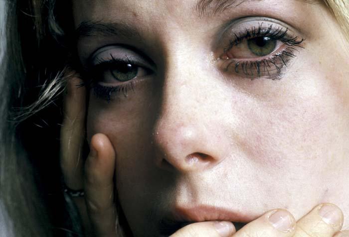 фото плачущей Катрин Денев