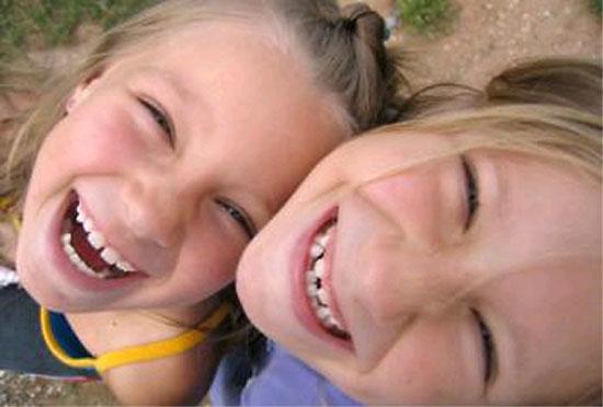 смех и улыбка сестер