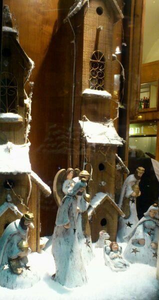 Рожественские сценки на витринах зимнего Рима