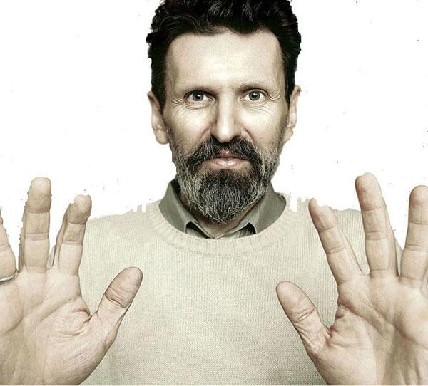 Руки Петрова, создающие оживающую живопись
