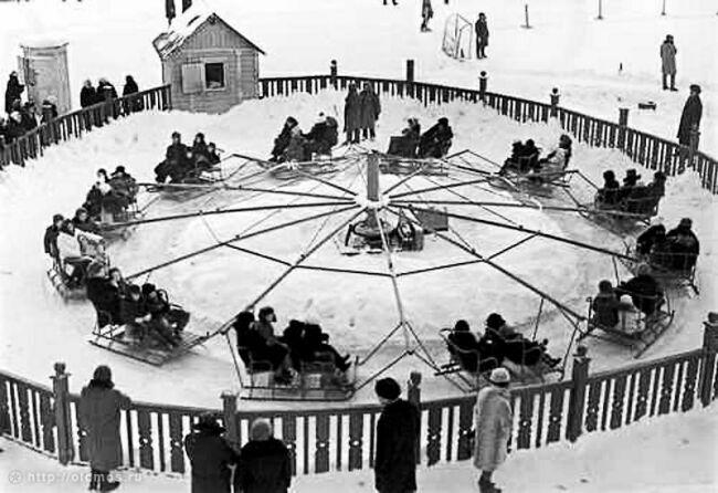 Зимняя карусель в парке Горького на фото