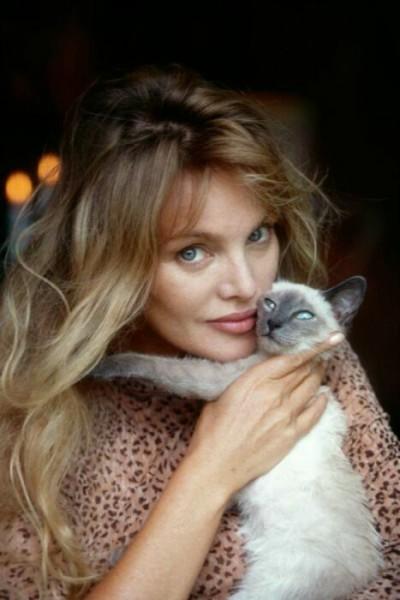 женщина с кошкой на фото