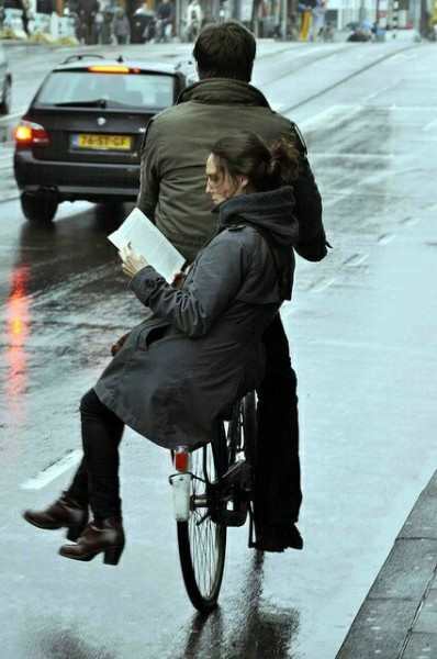 читающая книгу на велосипеде