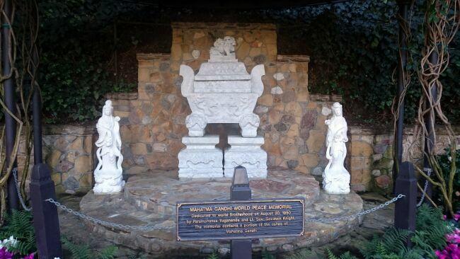 памятник Махатмы Ганди в райском саду